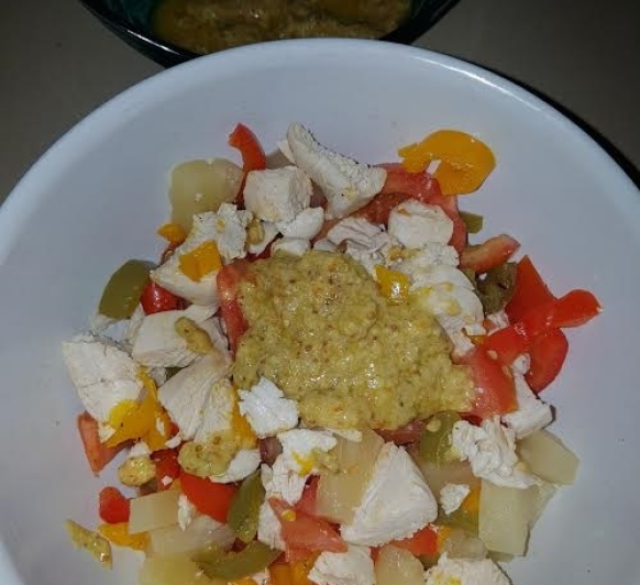 Ensalada de pimientos y pollo con almendra